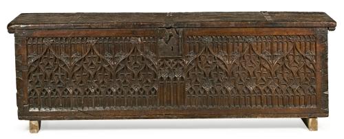 Arcón gótico francés en nogal tallado y calado, del siglo XV Desgastes. Sin llave 62x206x57 cm Precio de salida: 4.500€ Precio de remate: 4.500€